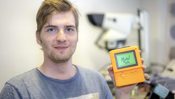 Retropelikonsoli syntyi alusta loppuun opiskelijan käsissä