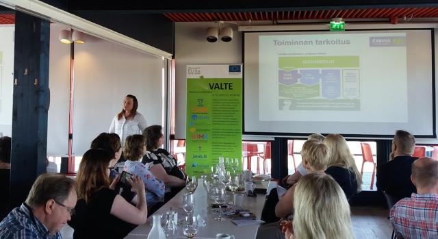 Arina tukee nuorten työllistymistä. S-ryhmän monipuolista toimintaa esittelemässä asiakaspalvelupäällikkö Sanna Kurvinen Linnanmaan Prismasta.