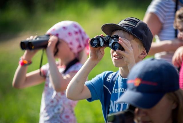 Koululaisten kevätpäivillä voi muun muassa bongata lintuja.