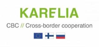 Ylhäällä vihreä teksti Karelia. Sen alla musta teksti Cross-border cooperation ja alimmaisena sininen EU-lippi, Suomen lippu ja Venäjän lippu.