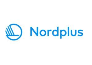 Logo, jossa valkoisella pohjalla turkoosiin vivahta sininen pyöreän muotoinen viiva, jonka sisällä ikään kuin linnun siipiä kuvaavat neljö vinoviivaa, joiden alla poikkiviiva. Vieressä samalla sinisen sävyllä teksti Nordplus.