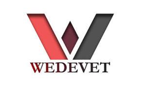 Kaksi toisistaan poispäin menevää paksua viivaa. Vasemman puoleinen palkki on punainen, oikeanpuoleinen harmaa. Palkkien keskellä on viininpunainen vinoneliö ja kappaleet muodostavat yhdessä W-kirjaimen muodon. Alla samoilla sävyillä kirjoitettuna teksti Wedevet.